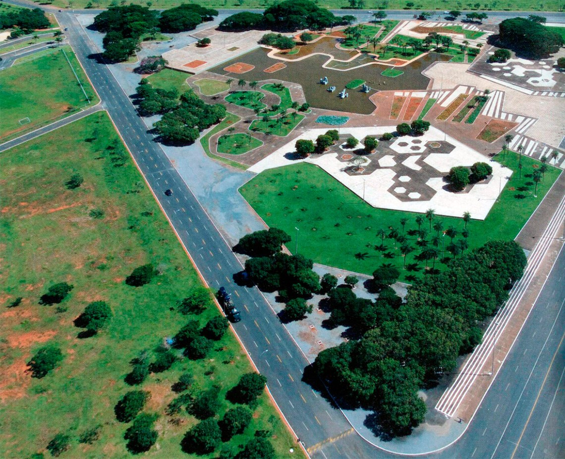 Gardens of the Ministry of the Army in Brasília / Roberto Burle Max