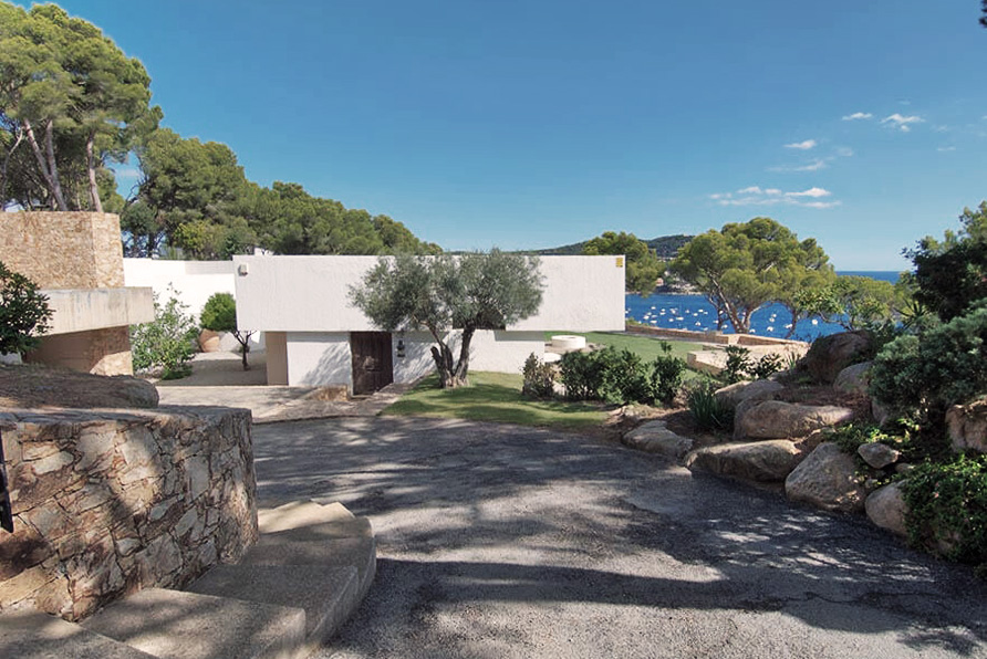 Road access of Raventos House in Calella by Antonio Bonet Castellana