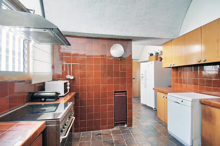 Red Kitchen - Raventos Villa in Calella by Antonio Bonet Castellana