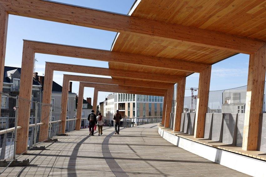 Shadows - Footbridge at Angers Saint-Laud TGV Train Station / Dietmar Feichtinger Architectes (DFA)