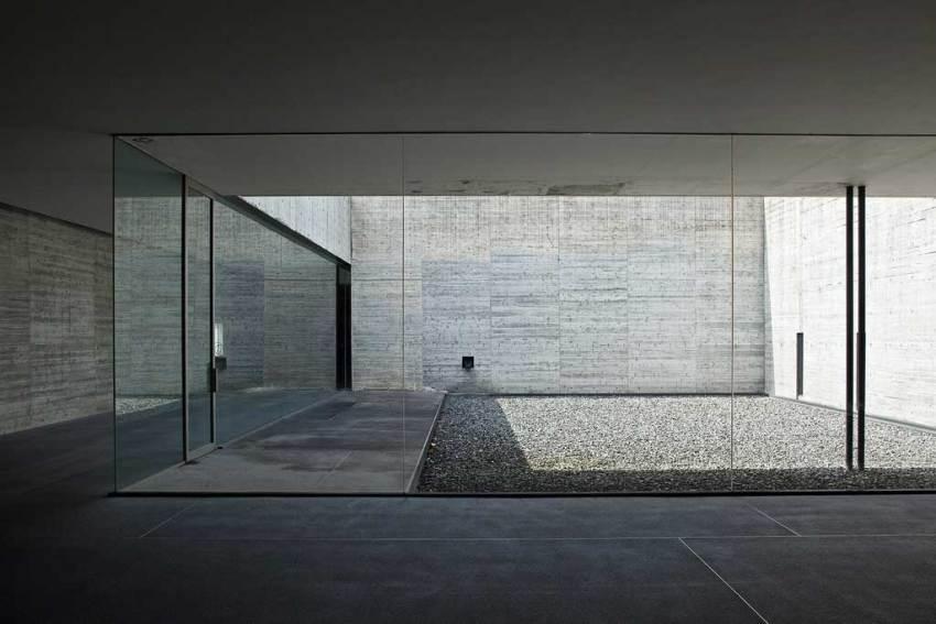 Patio - Kaze-no-Oka Crematorium / Fumihiko Maki