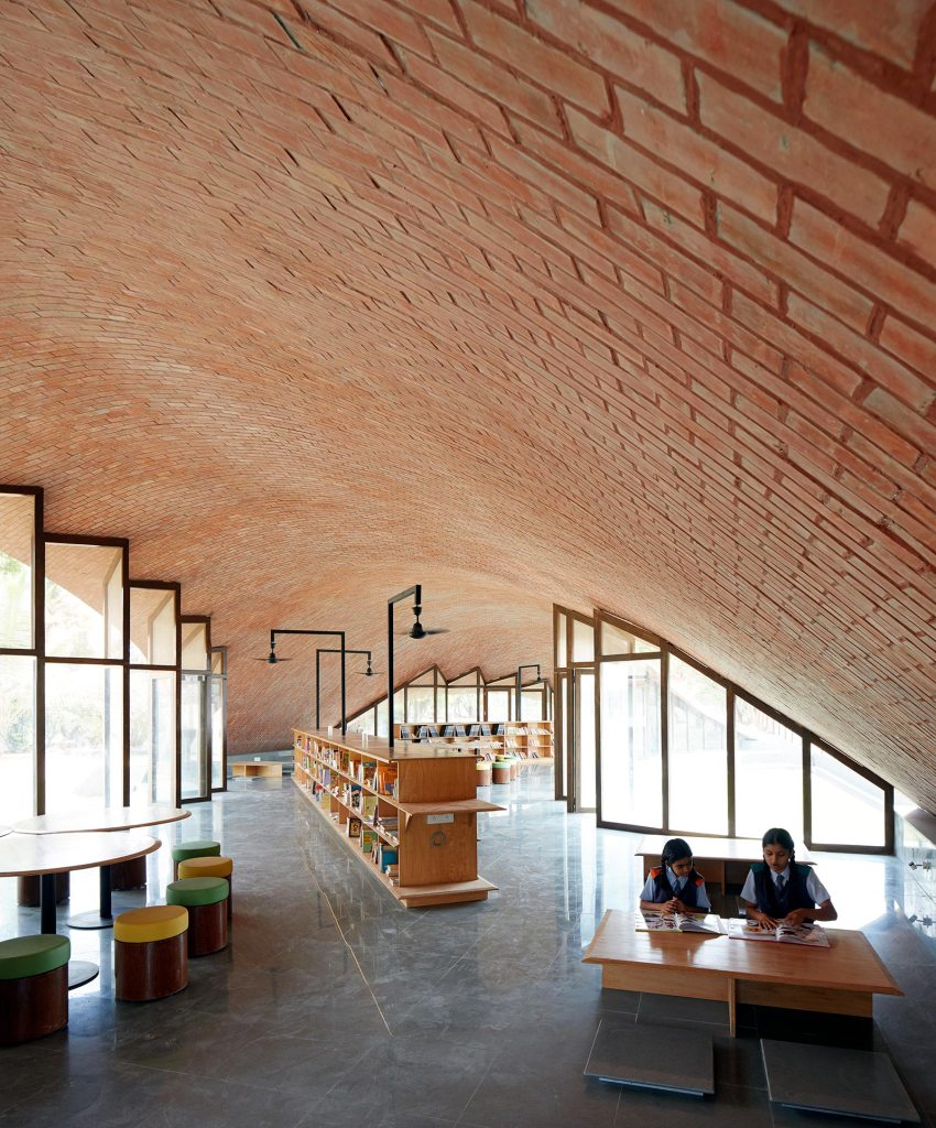Interior of the library - Maya Somaiya Library at Sharda School / Sameep Padora and Associates