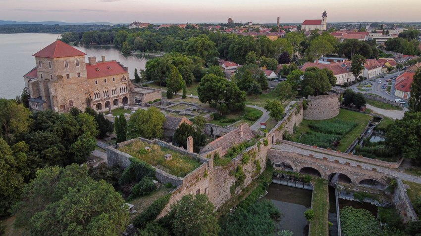 Aerial View - Platan Restaurant & Guest House Renovation in Tata Castle / Zoltan Varro