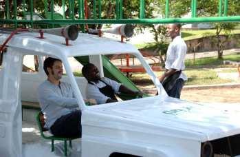 design-transformation-dune-carrosserie-dambulance-en-aire-de-jeux-pour-enfants-a-lhopital-au-malawi-11