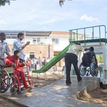 design-transformation-dune-carrosserie-dambulance-en-aire-de-jeux-pour-enfants-a-lhopital-au-malawi-5