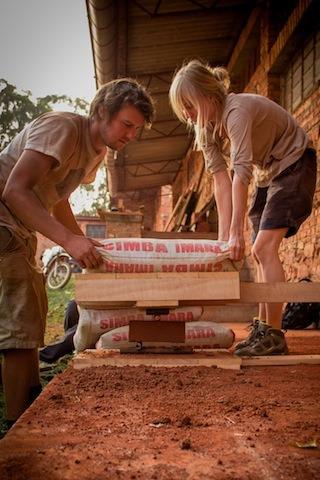 en-images-la-recherche-sur-les-materiaux-de-la-bibliotheque-de-muyinga-au-burundi-par-bc-architects-9