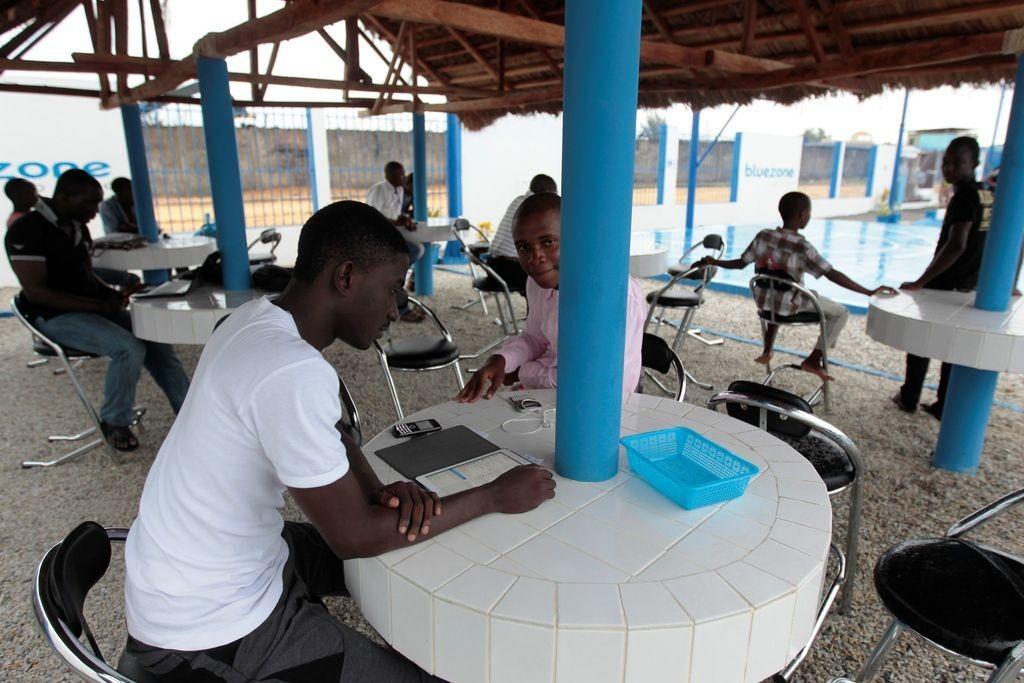 deploiement des Bluezones au Niger, Benin, Togo et Guinee - espaces de vie totalement autonomes en energie, grace a une technologie inedite du Groupe Bollore qui permet d'apporter electricite, eau potable, internet ainsi que des services sociaux, economiques et culturels aux populations - le long du chemin de fer en construction (notamment au Niger qui attend le train depuis 80 ans) et/ou en cours de rehabilitation qui permettra a terme de relier le Benin, le Niger et le Togo a la boucle ferroviaire ouest-africaine (2700km de voies / Abidjan-Ouagadougou-Niamey-Cotonou-Lome).