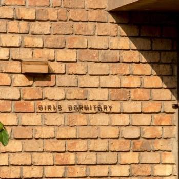 du-japon-a-louganda-des-briques-de-terre-pour-la-residence-universitaire-ashinaga-uganda-par-terrain-architects10