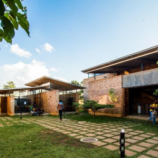 du-japon-a-louganda-des-briques-de-terre-pour-la-residence-universitaire-ashinaga-uganda-par-terrain-architects32