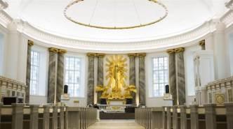 Altartavlan sedd från entré