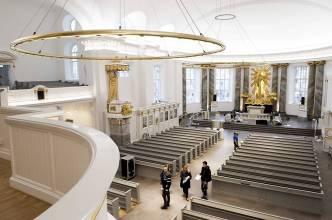 Kyrkan sedd från läktare mot predikstol
