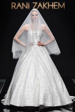 La sposa di Rani Zakhem è in bianco, come le nevi del Kilimangiaro. Il velo impercettibile ma illuminato con tantissimi cristalli