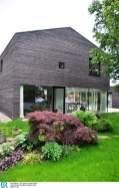 Die streng geschlosse Holzfassade Bild: BR/Sabine Reeh