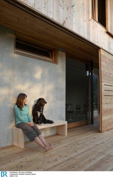 Die Bauherrin genießt die Abendsonne mit Hund Lotte auf dem Westdeck.