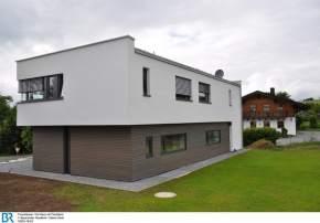 Neu und alt - Flachdach und Satteldach. Bild: BR/Sabine Reeh.