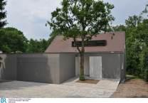 Die Architekten haben den eigentlich wuchtigen Vorbau mit Doppelgarage und Werkraum harmonisch in den GebŠudekomplex integriert. Bild: BR/Mila Hacke.