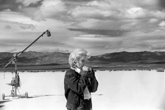 eve-arnolds-image-of-marilyn-monroe-filming-the-misfits-in-the-nevada-desert-in-1960