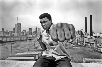 thomas-hoepker-muhammad-ali-overlooking-the-chicago-river-and-the-citys-skyline-1966
