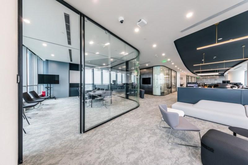 Polestar上海辦公空間的室內設計採用了先進的技術,提高了安全性和私密性。