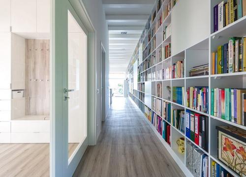 Rumah Bata dan Perpustakaan Pribadi Dengan Dimensi yang