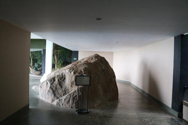 ヘリタンス・カンダラマにて(ダンブッラウィング)|廊下の中央に巨大な石