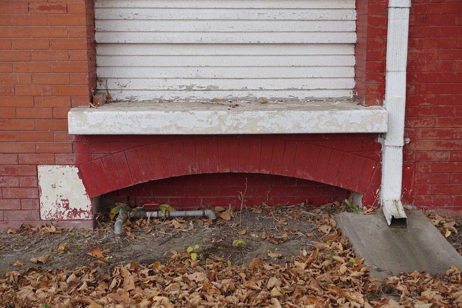 Segmental arch between porch pier and chimney.