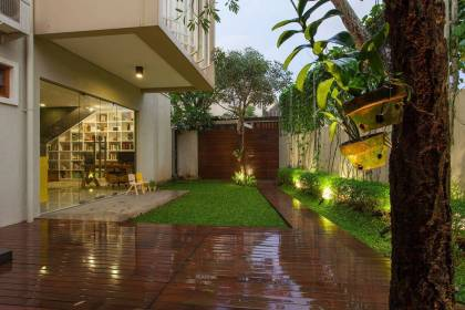 Wood and Green Area for Home Yard Design that Has Charming Impressions