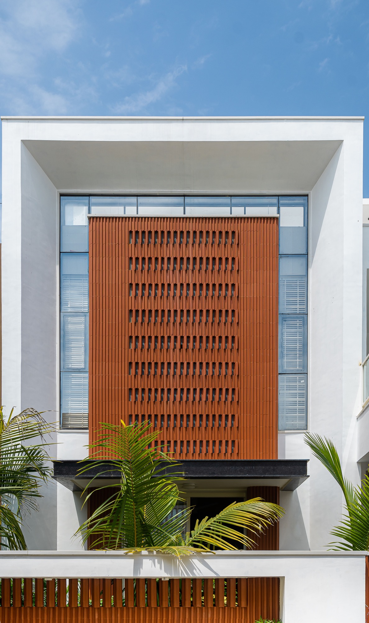 Manoj Patel Design Studio reuses the clay roof tiles in Vadodara residence to minimize the glare from direct sun light. 5