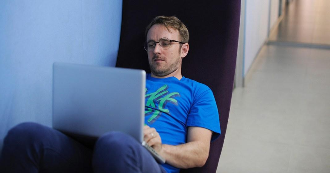 mężczyzna piszący na komputerze
