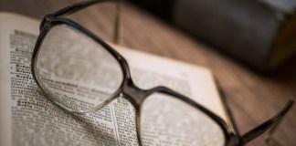 okulary i stare książki