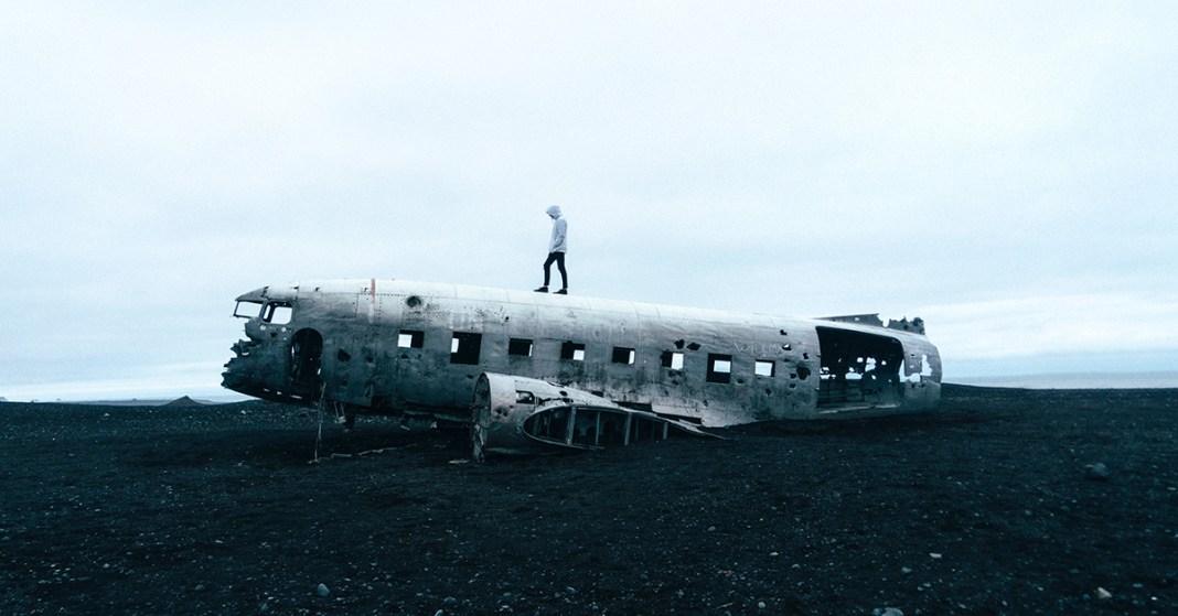 mężczyzna i wrak samolotu