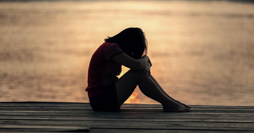 samotna kobieta na pomoście