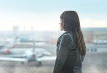 samotna kobieta na lotnisku