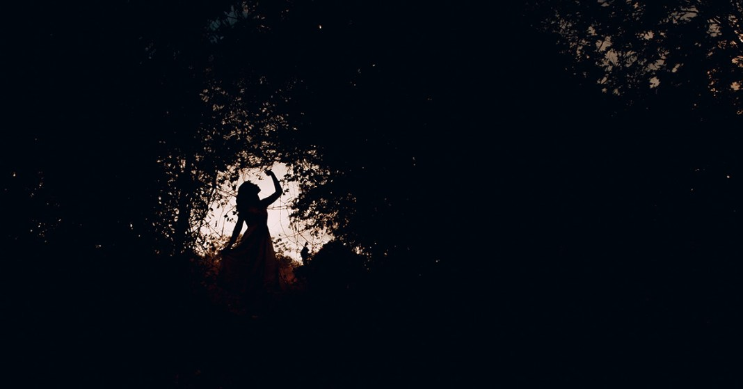 kobieta w cieniu