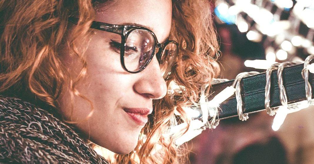 kobieta o rudych włosach w okularach