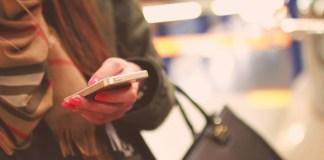 kobieta pisząca na Tinderze