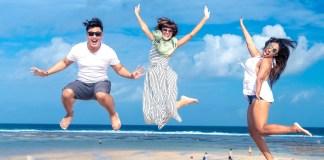 szczęśliwi ludzie na plaży