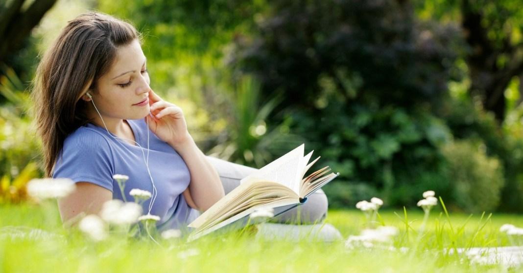 kobieta czytająca książkę z rozwoju osobistego