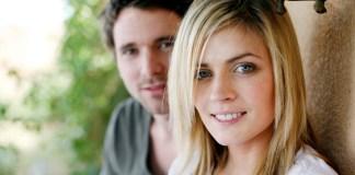 uśmiechnięta para patrząca w obiektyw