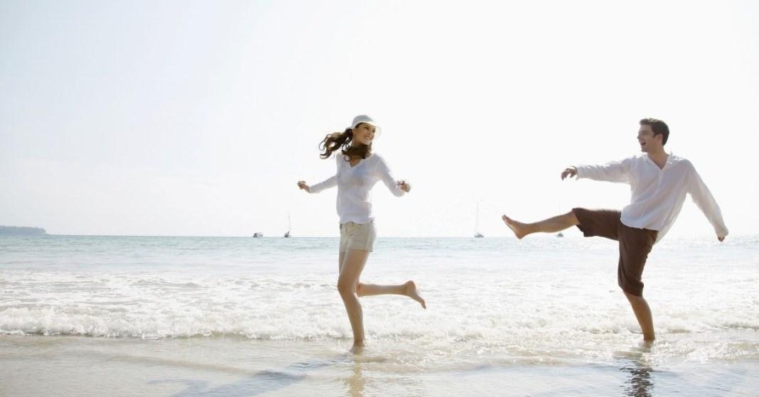 kobieta i mężczyzna na plaży
