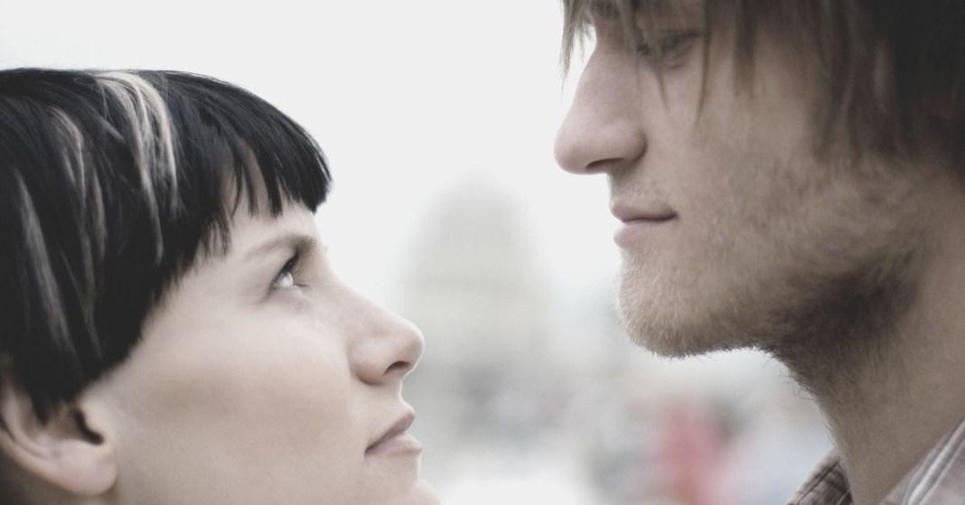 mężczyzna patrzy na kobietę z góry