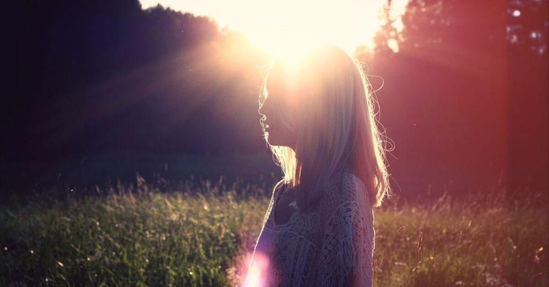 kobieta na łące w słońcu