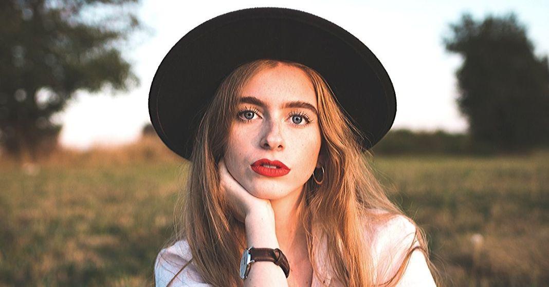 kobieta w kapeluszu na łące