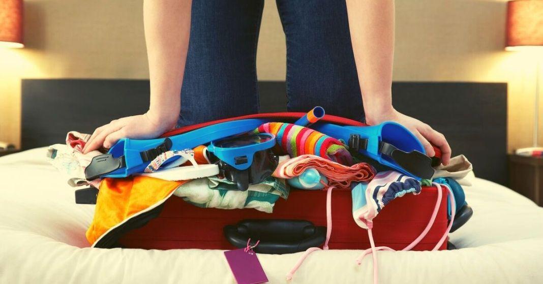 niedomknięta walizka