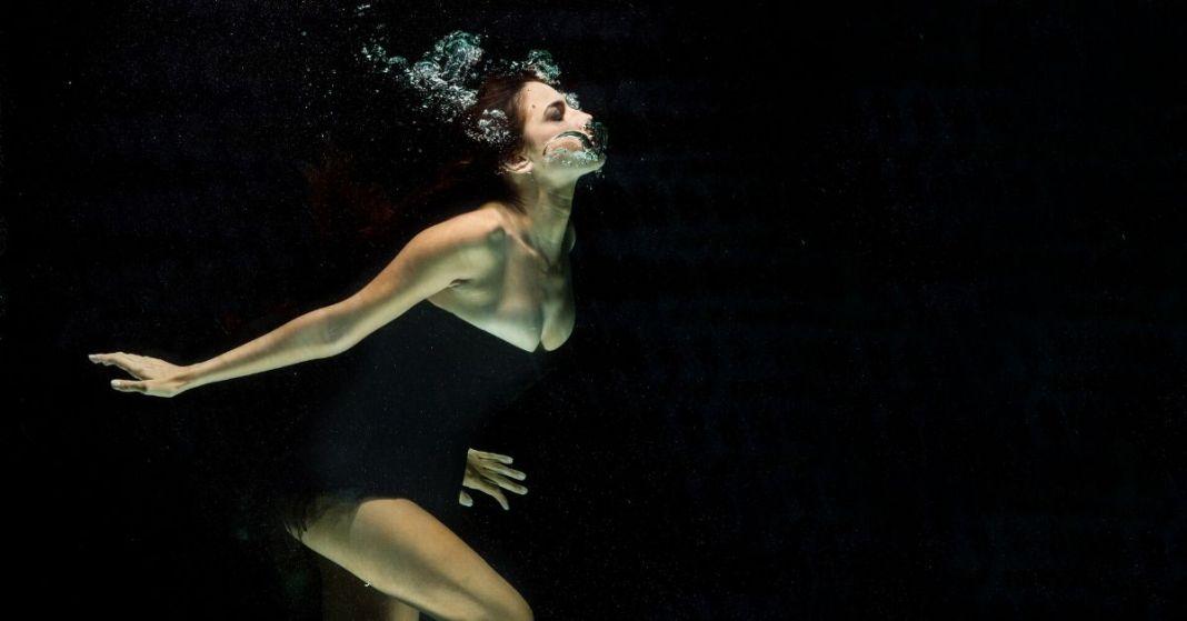 kobieta w sukience pod wodą