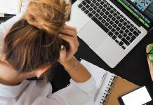 załamana kobieta przed komputerem