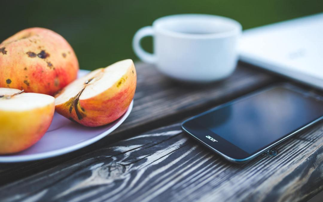 Galateo a tavola: lo smartphone è servito