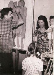 Փոլ Կիրակոսեան ընտանիքին հետ, իր արուեստանոցին մէջ (1964, Պուրճ Համուտ)