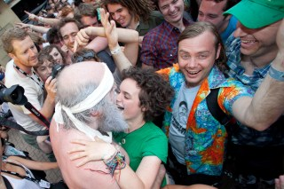Tim from Les Savy Fav makes out with a girl in the crowd while Lindsay McDougall looks on with approval