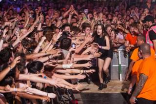 Alana Haim high fives the crowd